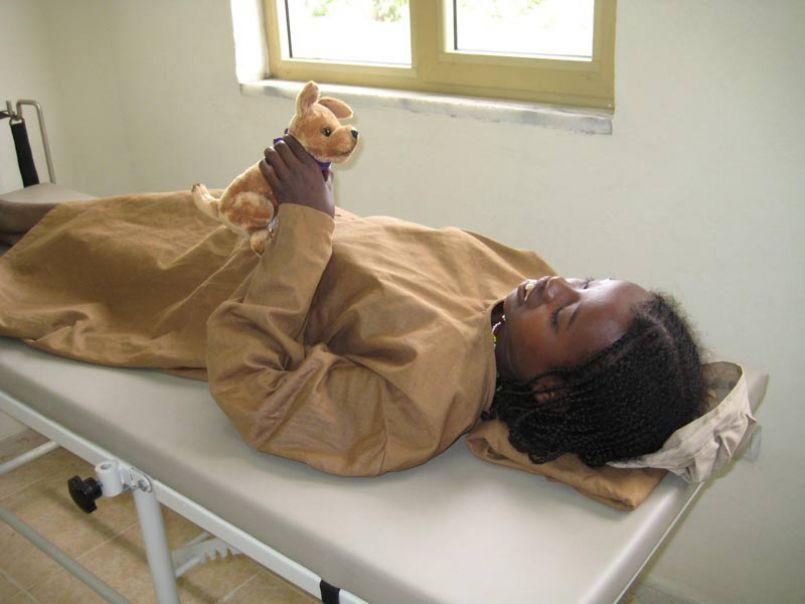 Diesem kleinen Mädchen, das von Geburt an blind ist, konnten wir wieder etwas Sehschärfe zurückgeben. Ein tolles Gefühl!