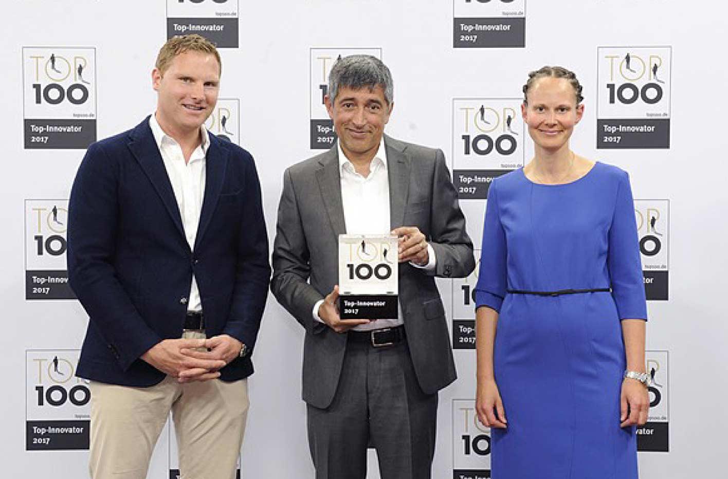 Ranga Yogeshwar (Mentor) überreicht den TOP 100 Preis
