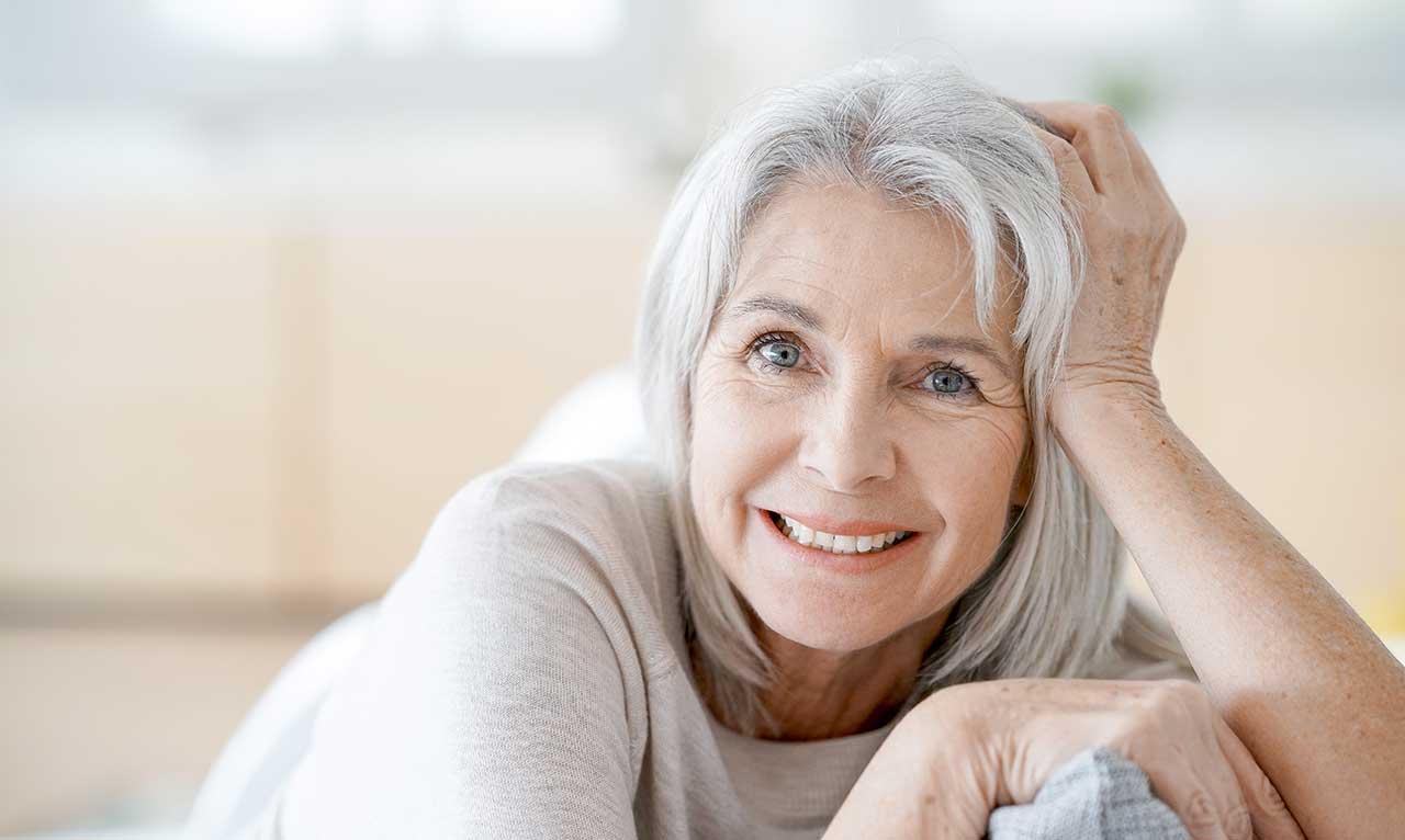 Nahaufnahme einer älteren Dame sitzend auf dem Sofa